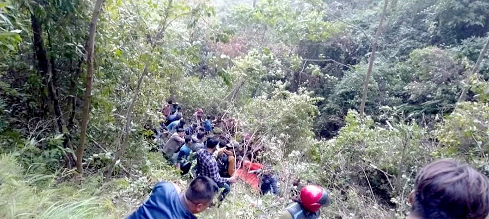 अर्घाखाँचीमा बस दुर्घटना : १७ जनाकाे मृत्यु