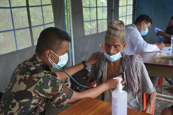 सुर्खेतको जनताको उपचारमा नेपाली सेना